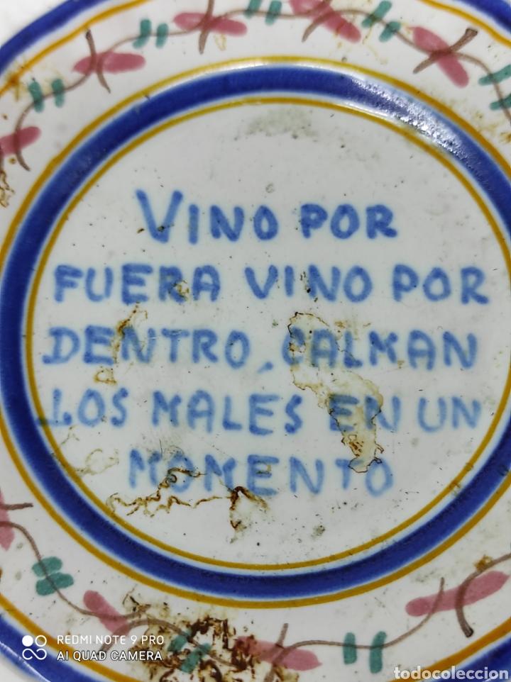 PEQUEÑO PLATITO, MUY ANTIGUO DEMOSTRANDO LAS BONDADES DEL VINO. (Antigüedades - Hogar y Decoración - Platos Antiguos)