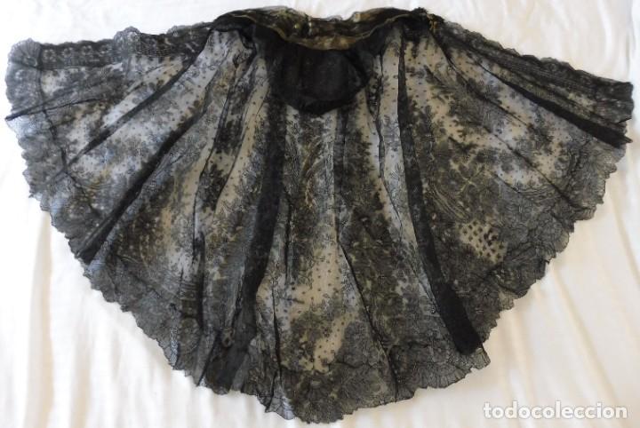 Antigüedades: ANTIGUA CAPA - MANTÓN DE ENCAJE CHANTILLY PPIO.S.XX - S.XIX - Foto 7 - 268847619