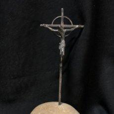 Antigüedades: CRISTO CRUCIFICADO , IDEAL PARA ALTAR . EN METAL Y BASE DE PIEDRA. MIDE 16 CMS. Lote 268884474