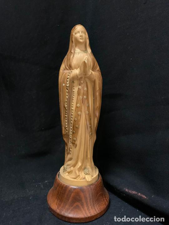 Antigüedades: Virgen de Lourdes o Fatima en plastico simil madera. ideal para altar . Mide 18 cms en total - Foto 3 - 268892479