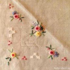 Antigüedades: M111 PAÑUELO BOLSO / BOLSILLO BLANCO CON BORDADOS DE COLORES - 28CM X 28CM. Lote 268897439