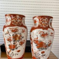 Antigüedades: PRECIOSA PAREJA JARRONES ANTIGUOS MEIJI KUTANI,JAPON PORCELANA - FIRMADOS. Lote 268921329