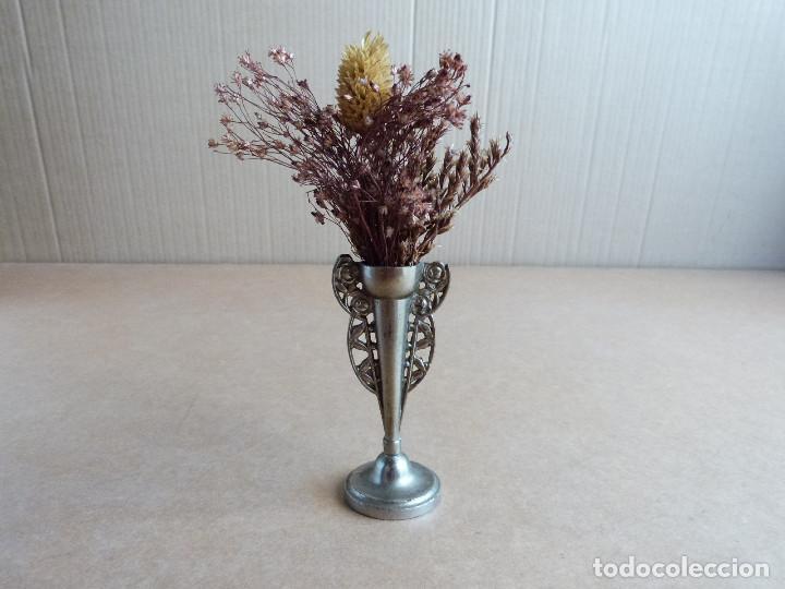Antigüedades: Pequeño florero o copa de metal con hojas flores secas - Foto 2 - 268941089