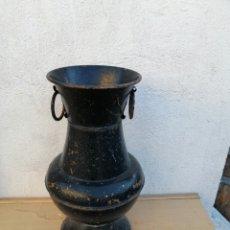 Antigüedades: ANTIGUO JARRON DECORATIVO DE HIERRO. Lote 268953699