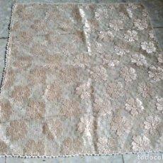Antigüedades: TAPETE EN COLOR CRUDO TIPO ENCAJE CON BORDE EN ALGODÓN DE GANCHILLO. 56 X 53 CM.. Lote 268966759