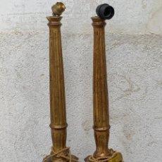 Antigüedades: PAREJA DE LAMPARAS DE MESA AUXILIARES COLUMNAS ESTRIADAS MADERA DORADA MITAD S XX 64X15CMS. Lote 268971829