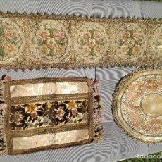 Antigüedades: 3 PAÑOS DECORATIVOS CON PASAMANERIA DORADA. S XX. Lote 268982999
