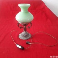 Antigüedades: PEQUEÑA LAMPARA DE MESITA DE METAL CON TULIPA OPALINA VERDE. Lote 268983309