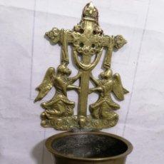 Antigüedades: BENDITERA DE BRONCE, ANGELES SUJETANDO LA CRUZ, MEDIDAS 19 X 8 CM, SIGLO XIX. Lote 268983814