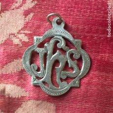 Antigüedades: ANTIGUA MEDALLA RELIGIOSA REALIZADA EN PLATA JHS.. Lote 268993719