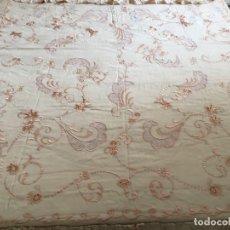 Antigüedades: BONITA COLCHA DE TUL BORDADA CON CUBRE ALMOHADA COLOR CARNE. Lote 269005989