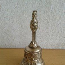 Antigüedades: CAMPANA CAMPANILLA CON DECORACION EN RELIEVE SOBREMESA SERVICIO. Lote 269031569