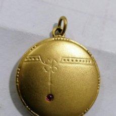 Antigüedades: PEQUEÑO PORTA RETRATOS DORADO, PARA COLGAR CON CADENA, MEDIDA 27 MM. Lote 269095133