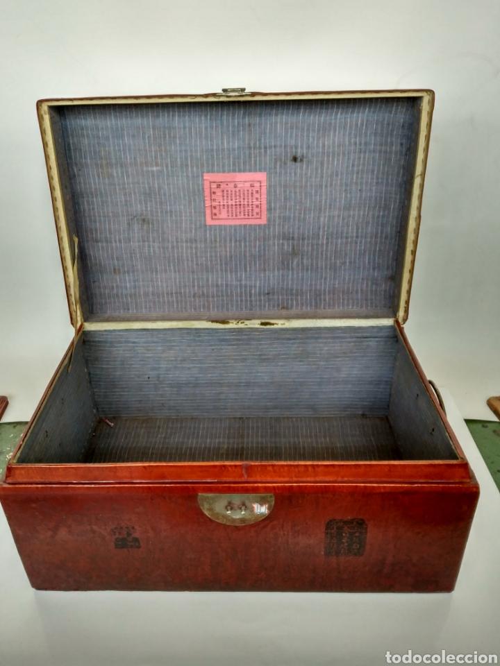 Antigüedades: BAÚL CHINO DE PIEL LACADA EN ROJO. Pp. S.XX. - Foto 2 - 269097998