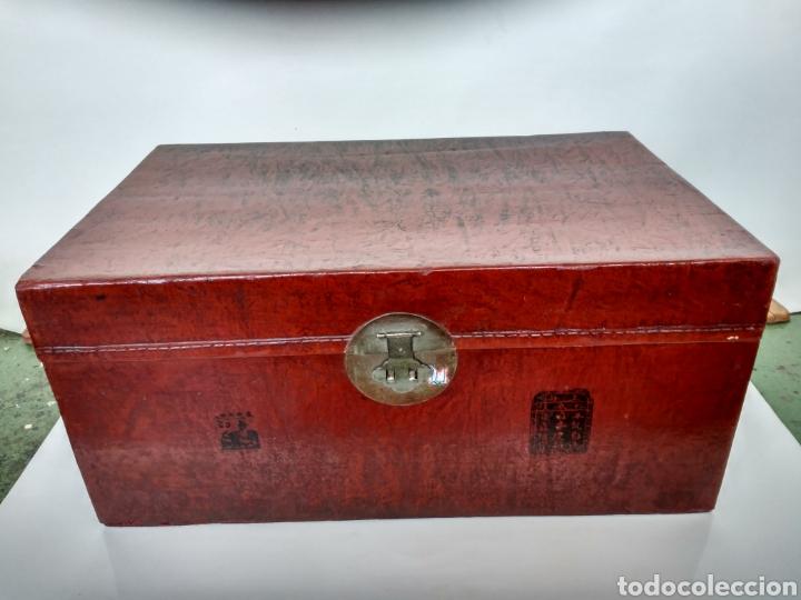 BAÚL CHINO DE PIEL LACADA EN ROJO. PP. S.XX. (Antigüedades - Muebles Antiguos - Baúles Antiguos)