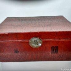 Antigüedades: BAÚL CHINO DE PIEL LACADA EN ROJO. PP. S.XX.. Lote 269097998