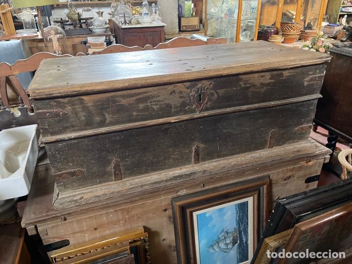 Antigüedades: Arca antigua de nogal con herrajes y bocallave XVIII-XIX - Foto 2 - 269121843