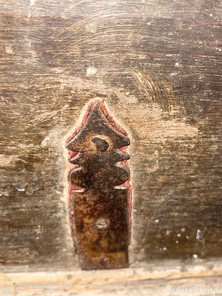 Antigüedades: Arca antigua de nogal con herrajes y bocallave XVIII-XIX - Foto 4 - 269121843