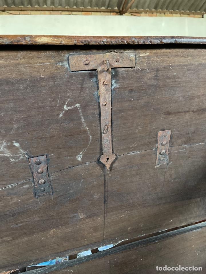 Antigüedades: Arca antigua de nogal con herrajes y bocallave XVIII-XIX - Foto 5 - 269121843