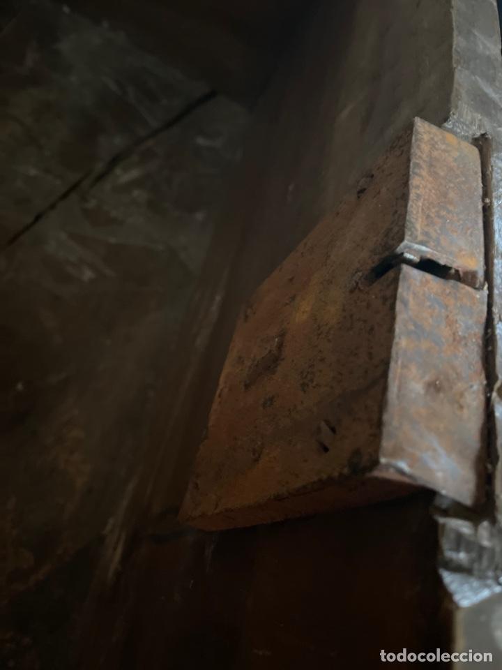 Antigüedades: Arca antigua de nogal con herrajes y bocallave XVIII-XIX - Foto 6 - 269121843