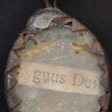 Antigüedades: RELICARIO AGNUS DEI ELABORADO EN HIERRO. SIGLO XVIII Y ANTERIOR. MIDE 3,2 X 2,4 CM.. Lote 269166383