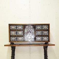 Antigüedades: BARGUEÑO ANTIGUO DE MADERA MOTIVOS DE CACERÍAS. Lote 269188018