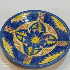 Antigüedades: PRECIOSO PLATO DE MANISES PINTADO A MANO Y FIRMADO. Lote 269200293