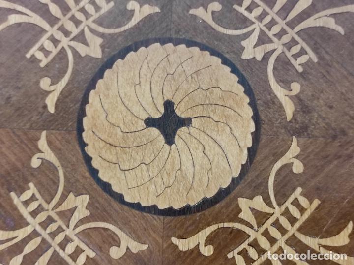 Antigüedades: Bonita Mesa de Centro - Decorada con Marquetería - Diámetro - 64 cm, Altura - 58 cm - Foto 18 - 269215698