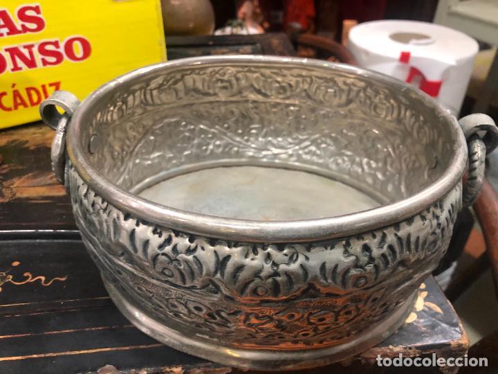 Antigüedades: PRECIOSO CENTRO DE MESA METAL PLATEADO REPUJADO - MEDIDA 23X18X10 CM - Foto 4 - 269229008