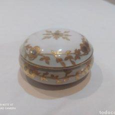 Antigüedades: PRECIOSA BOMBONERA ANTIGUA DE PORCELANA LIMOGES. Lote 269234323