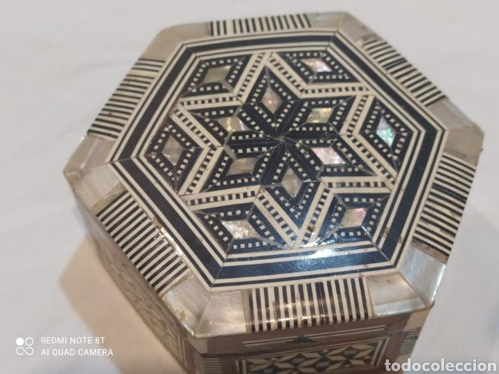 Antigüedades: Antigua caja joyero de madera de marquetería y incrustaciones de nacar - Foto 2 - 269243618