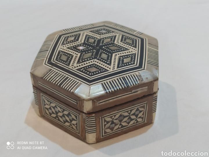 Antigüedades: Antigua caja joyero de madera de marquetería y incrustaciones de nacar - Foto 6 - 269243618