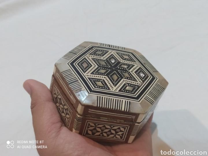 Antigüedades: Antigua caja joyero de madera de marquetería y incrustaciones de nacar - Foto 7 - 269243618