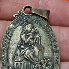 Antigüedades: LORETO NTRA SRA MEDALLA 1945 GRABADA HUERFANA DE CAPITAN AVIADOR DORSO 4 CMS ALTO. Lote 269264083