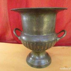 Antigüedades: FLORERO ANTIGUO COBRE , BRONCE Y METAL. 26 CMS . DOBLE ASA. Lote 269285843