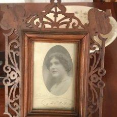 Antigüedades: MARCO DE MADERA TALLADO CON FOTOGRAFÍA DE 1914; MIDE 29 X 21 CM.. Lote 269334483