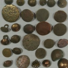 Oggetti Antichi: LOTE DE 29 BOTONES DE BRONCE. Lote 269335868