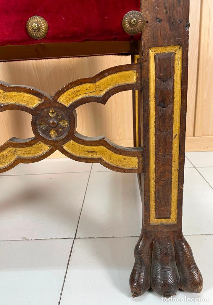 Antigüedades: Pareja de sillones neogóticos de nogal y policromía dorada tapizados terciopelo rojo con tachuelas - Foto 5 - 269354423