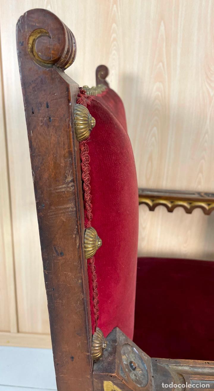Antigüedades: Pareja de sillones neogóticos de nogal y policromía dorada tapizados terciopelo rojo con tachuelas - Foto 10 - 269354423