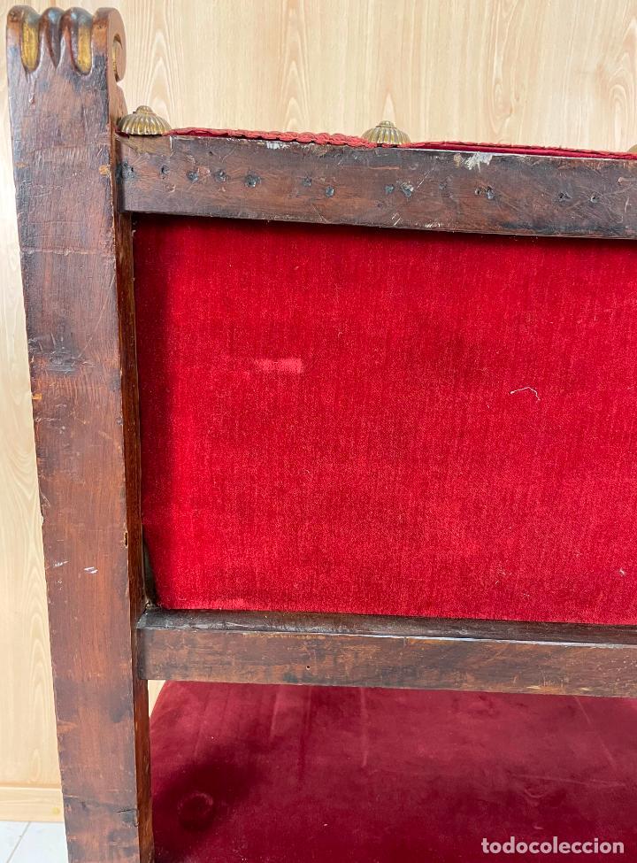 Antigüedades: Pareja de sillones neogóticos de nogal y policromía dorada tapizados terciopelo rojo con tachuelas - Foto 12 - 269354423