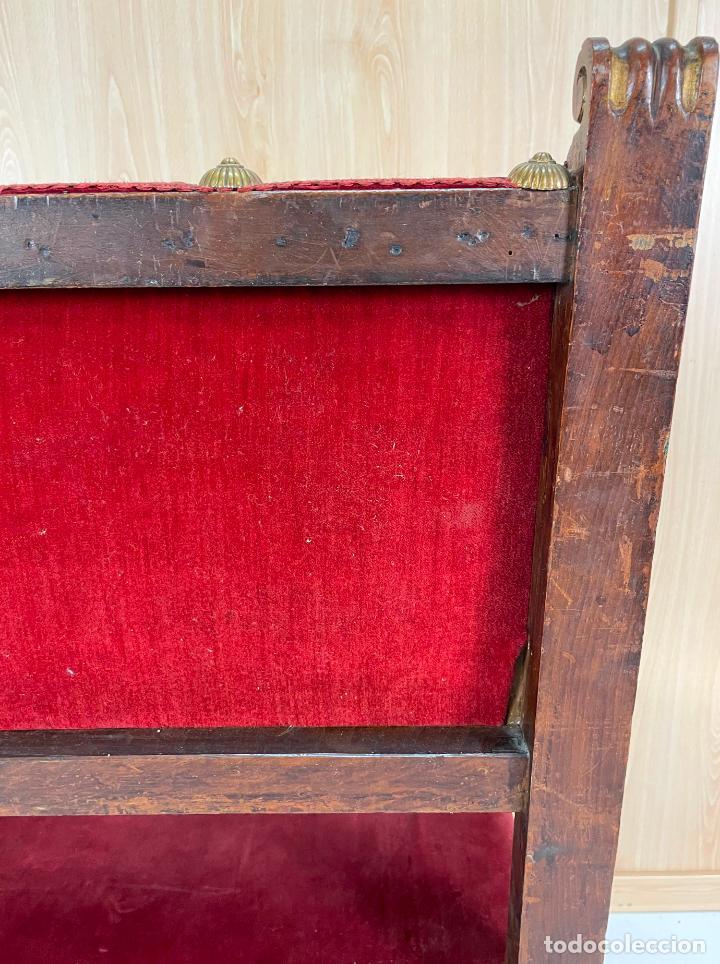 Antigüedades: Pareja de sillones neogóticos de nogal y policromía dorada tapizados terciopelo rojo con tachuelas - Foto 13 - 269354423