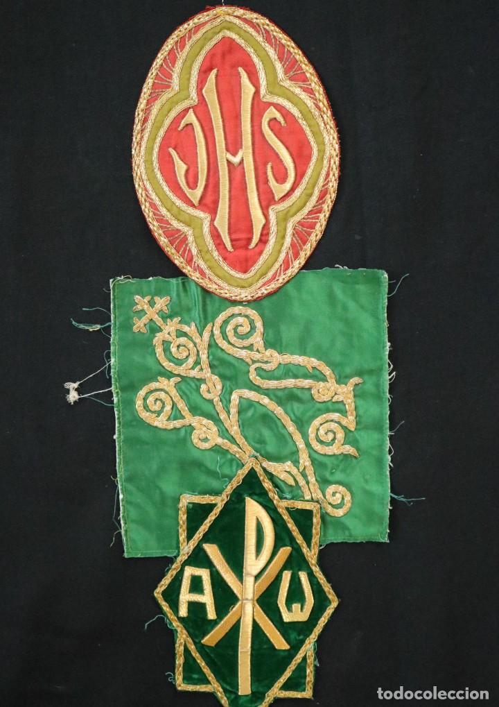 TRES SEDAS BORDADAS CON HILO DE ORO EN MOTIVOS RELIGIOSOS. PPS. S. XX. (Antigüedades - Religiosas - Ornamentos Antiguos)