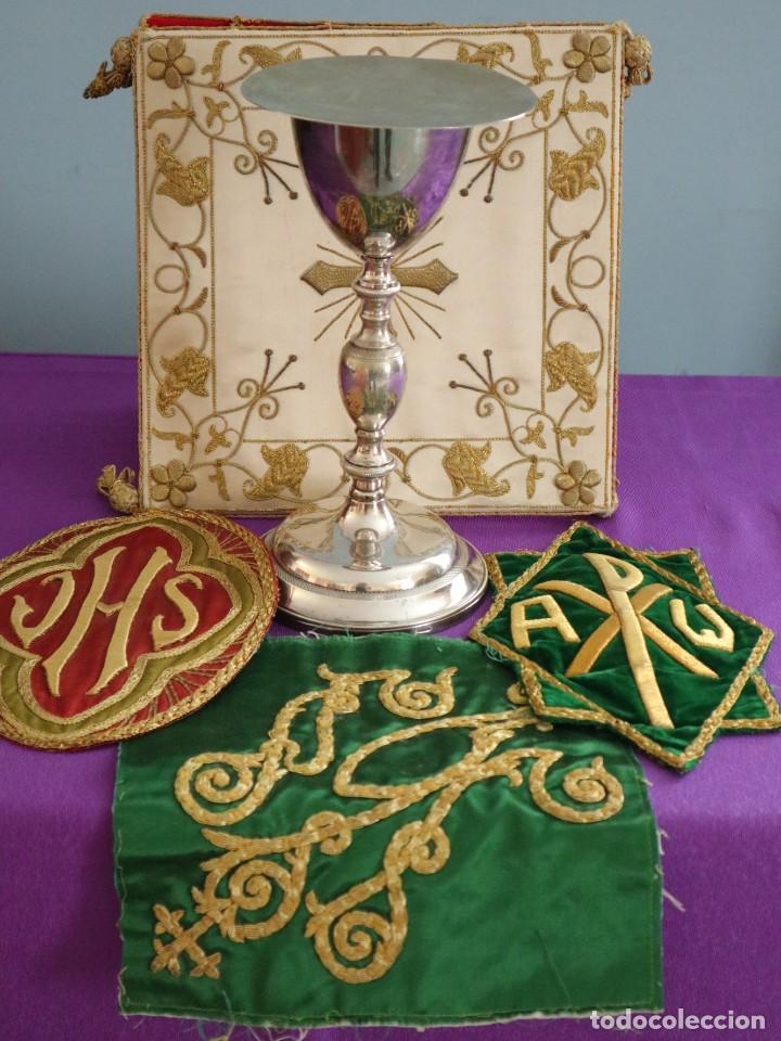 Antigüedades: Tres sedas bordadas con hilo de oro en motivos religiosos. Pps. S. XX. - Foto 2 - 269496783