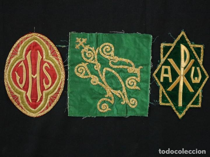 Antigüedades: Tres sedas bordadas con hilo de oro en motivos religiosos. Pps. S. XX. - Foto 3 - 269496783