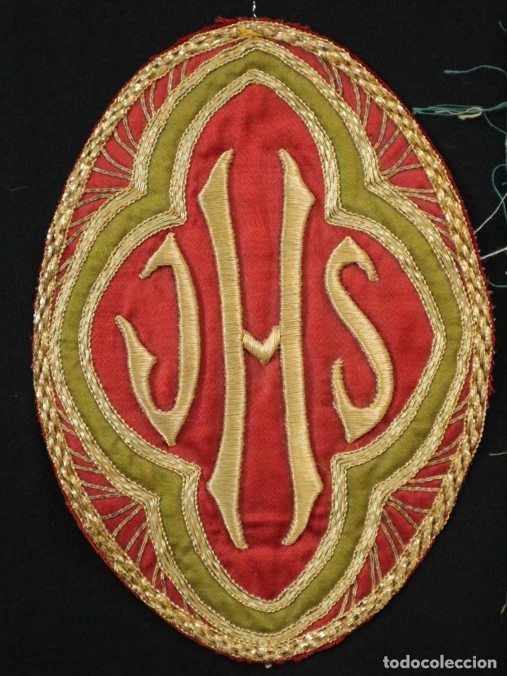 Antigüedades: Tres sedas bordadas con hilo de oro en motivos religiosos. Pps. S. XX. - Foto 4 - 269496783