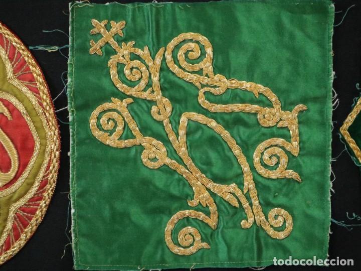 Antigüedades: Tres sedas bordadas con hilo de oro en motivos religiosos. Pps. S. XX. - Foto 7 - 269496783