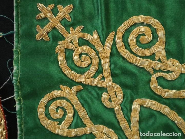 Antigüedades: Tres sedas bordadas con hilo de oro en motivos religiosos. Pps. S. XX. - Foto 8 - 269496783