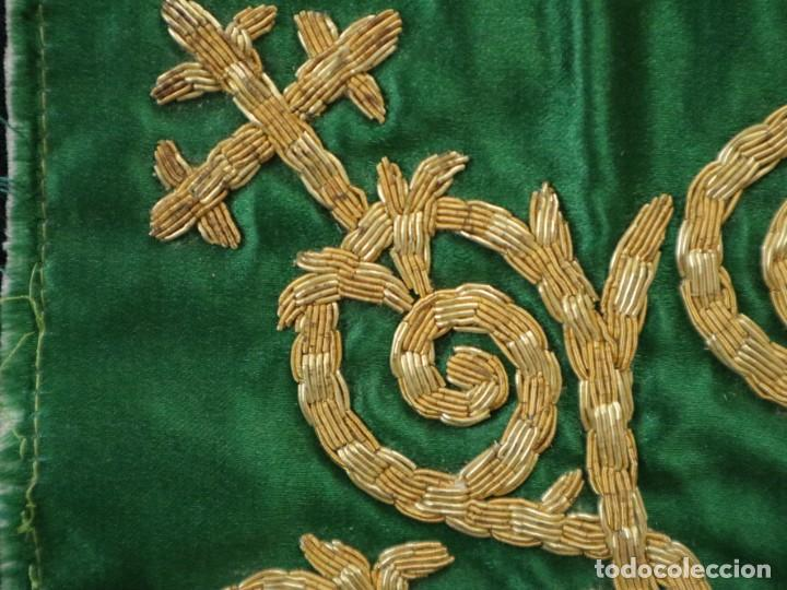 Antigüedades: Tres sedas bordadas con hilo de oro en motivos religiosos. Pps. S. XX. - Foto 9 - 269496783