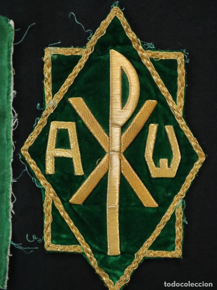 Antigüedades: Tres sedas bordadas con hilo de oro en motivos religiosos. Pps. S. XX. - Foto 10 - 269496783