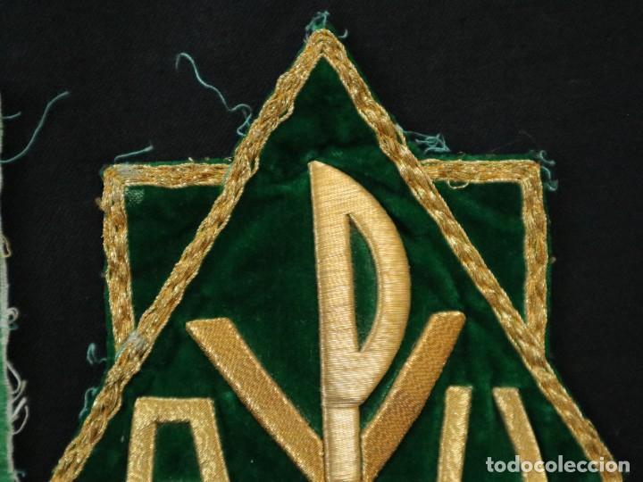 Antigüedades: Tres sedas bordadas con hilo de oro en motivos religiosos. Pps. S. XX. - Foto 11 - 269496783